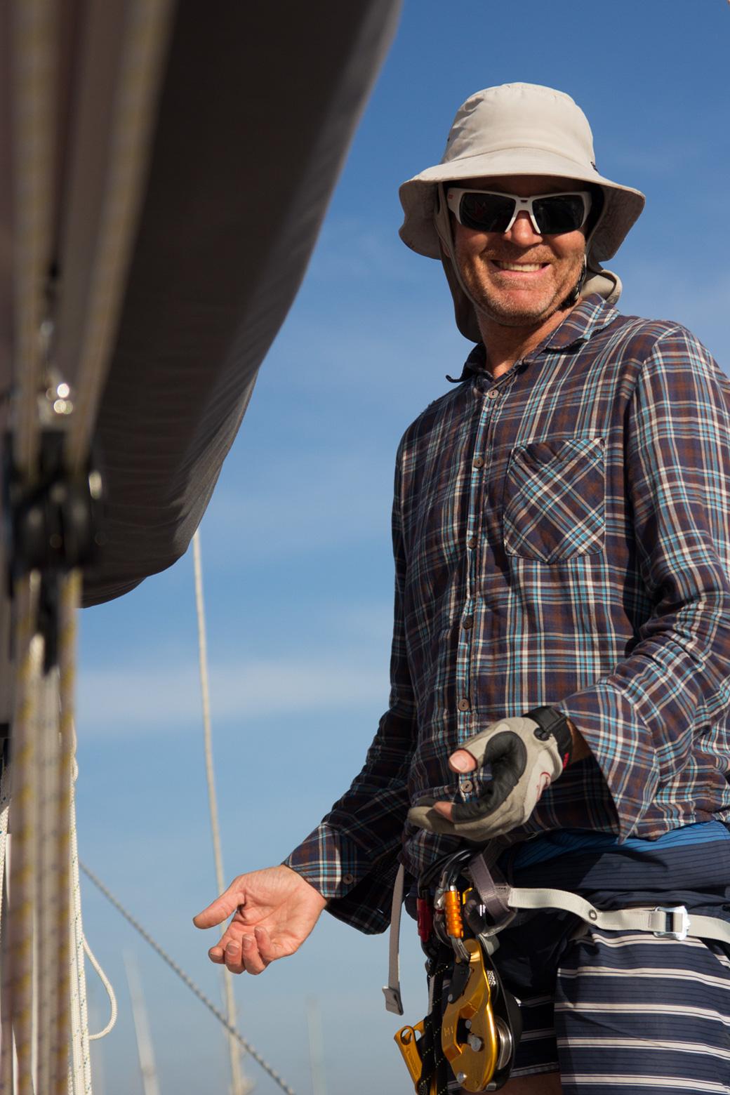 Darren, von Wanderlust sailing, ist aus Neuseeland schwindelige Höhen gewohnt, er hatte eine Firma die sich um die riesigen Billboards kümmert. Doch auch er konnte das Ankerlicht nicht reparieren.