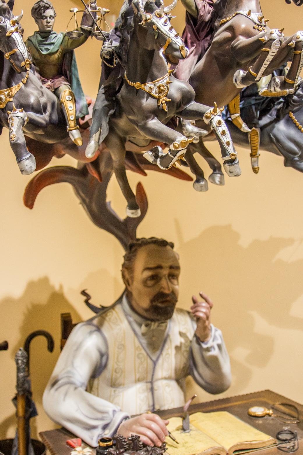 Fallas ist das große Frühlingsfest Valencias. Beim Höhepunkt des Festes werden haushohe Skulpturen verbrannt, die gleichnamigen Falla. Sie werden in den Falla-Vereinen gebaut, die sich nach den Stadtvierteln aufteilen. Jedes Jahr gibt es hunderte Kunstwerke. Die schönsten Skulpturen werden begnadigt. Diese Figuren, die Ninots, wurden per Volksabstimmung vor den Flammen gerettet. Im Fallas Museum kann man sie bewundern. Sonntags und an Feiertagen ist sogar der Eintritt frei. Diese wundervollen Kunstwerke sind so unglaublich detailverliebt und wunderschön – Ein must see in Valencia!