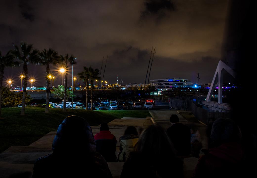 Alle versammeln sich im Hafen, der Start der Fallas wird hier kräftig gefeiert. Wir haben das Glück auf der Seite des Hafens zu stehen, der nur für die Hafenbewohner offen ist.