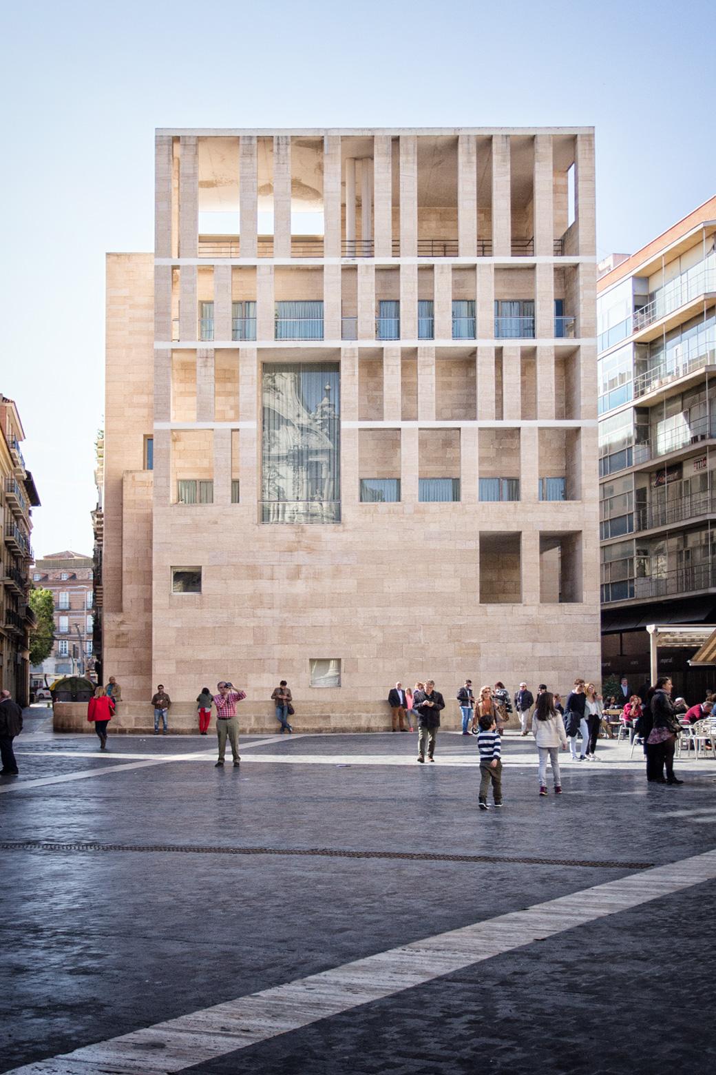 Im Kontrast zu all den alten Bauten steht der angrenzende moderne Anbau zum Ayuntamiento (Rathaus). Genau gegenüber der Kathedrale. Er wurde in den 90er Jahren vom Architekten Rafael Moneo entworfen.