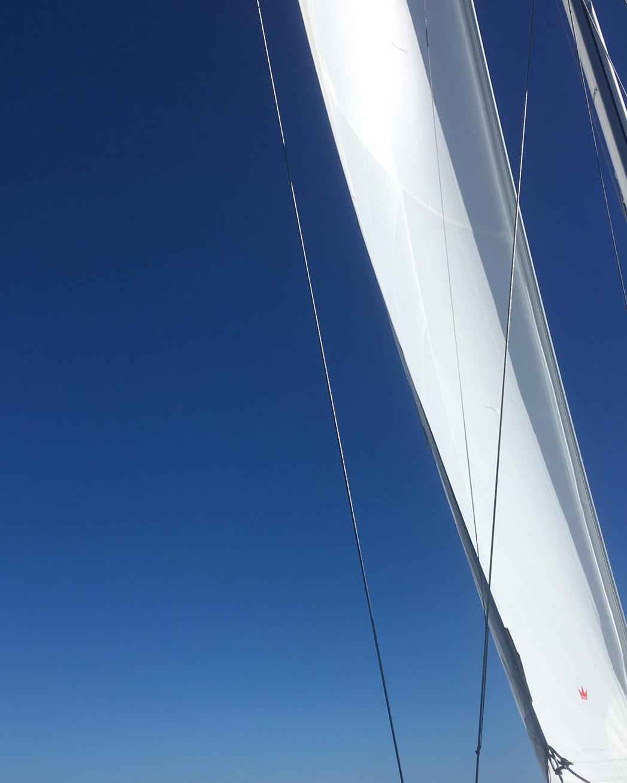 Wind im Segel auf dem Weg nach Cabrera.