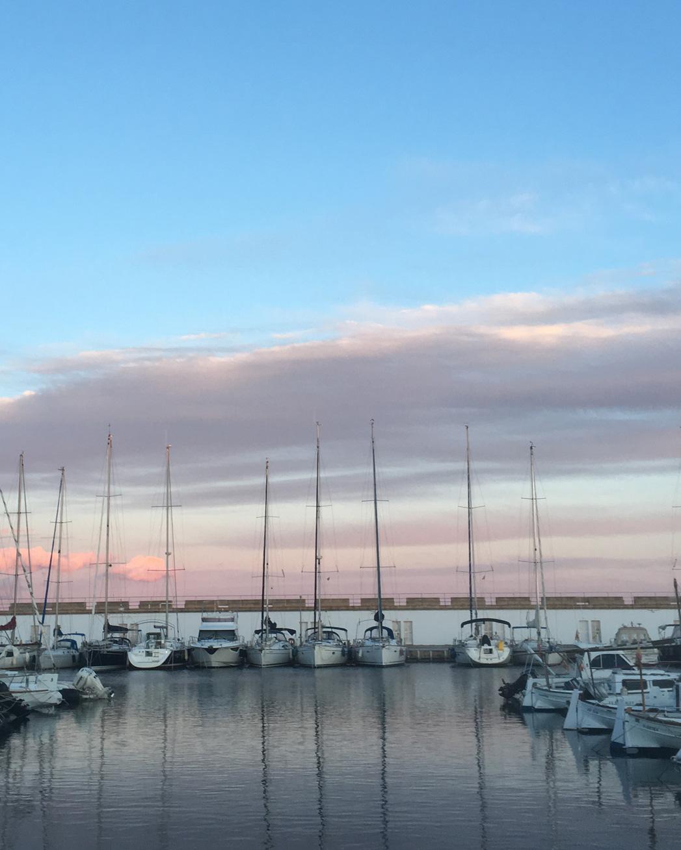Der Hafen Sa Rapita kurz vor dem Sonnenuntergang.