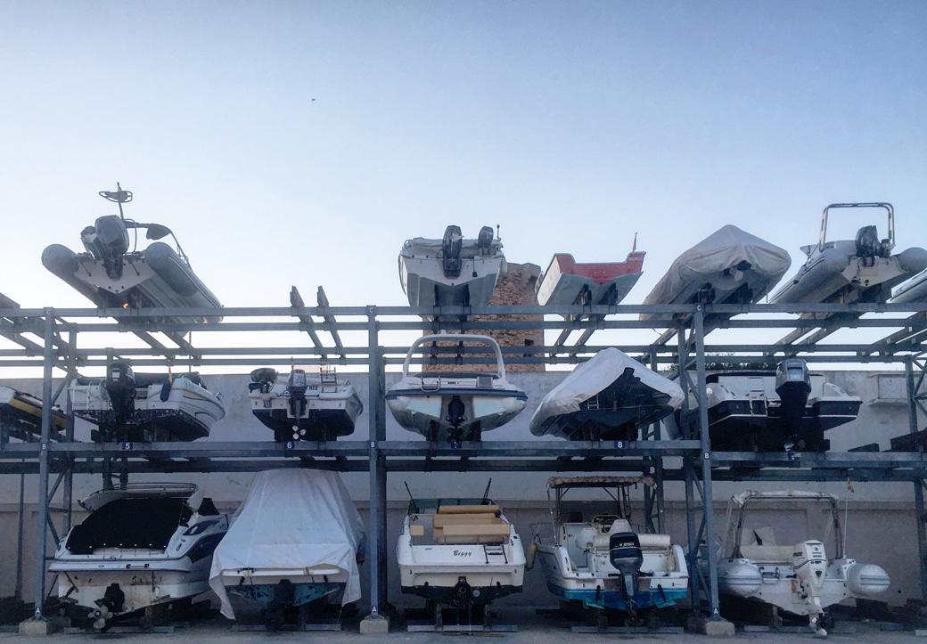 So werden hier Dinghis und kleine Motorboote verwahrt.