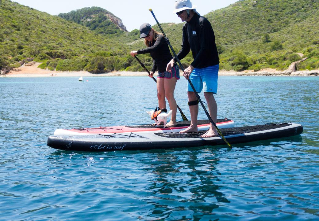 Die Kiwis auf dem SUP-Board. Millau springt von einem auf das andere Board.