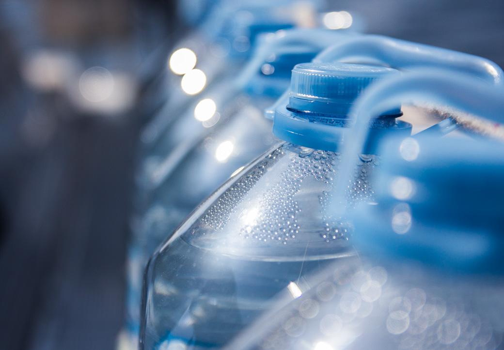 Mit viel Wasser an Bord geht es nun weiter. Zusätzliches Wasser für die Duschbeutel und mehr Hygiene an Bord ;).