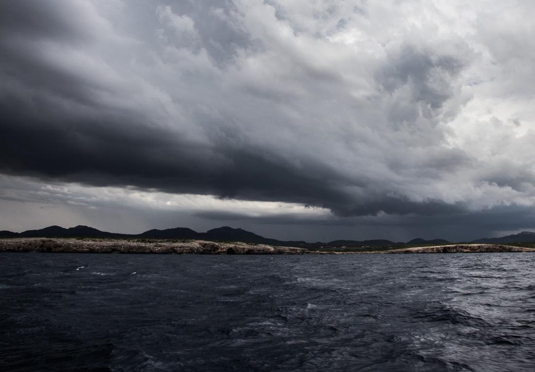 Dunkle Wolken rollen über uns.