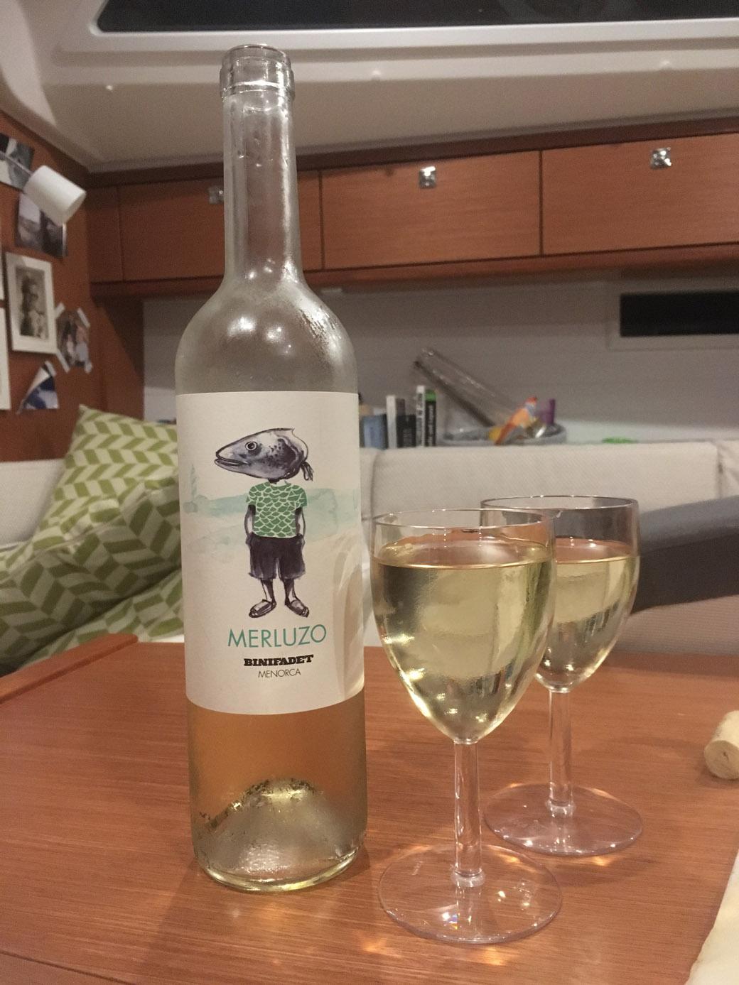 Für unsere Hilfe haben uns die Honeymooner einen Wein mit schönem Etikett geschenkt. Hat auch gut geschmeckt ;).