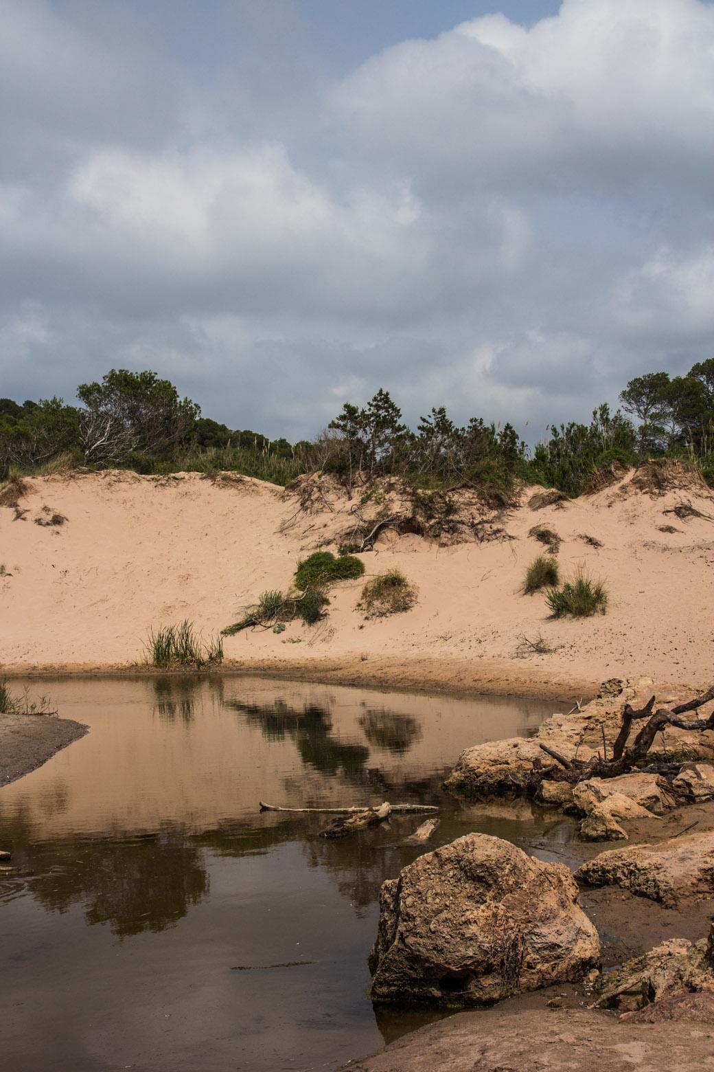 Ein Fluss fließt bis ins Meer. Es ist heiß und die Brühe riecht ganz schön stark nach Schwefel.