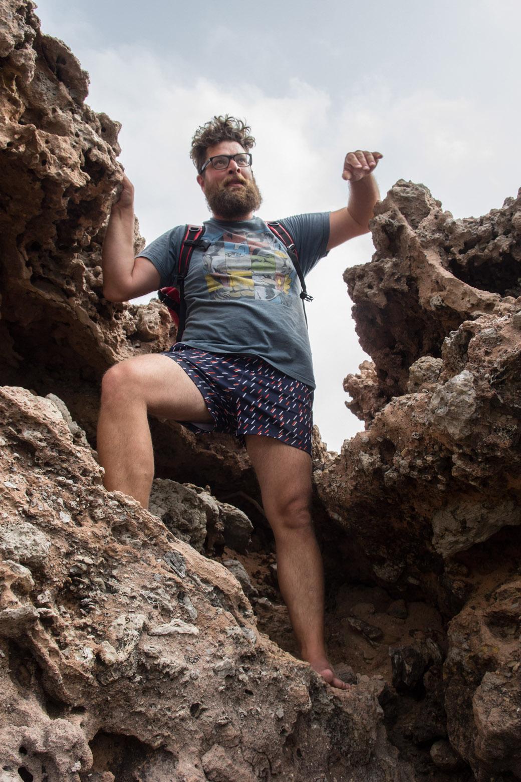 Top ausgestattet für eine Wandertour klettern wir über die scharfkantigen Felsen... Matthias ist gut vorbereitet, er hat sich Hornhaut an den Fußsohlen wachsen lassen.