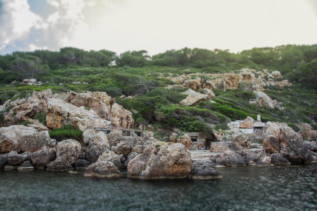 Kleine Häuschen wurden in die Felswand integriert. Wir fragen uns wer da mal gewohnt hat.