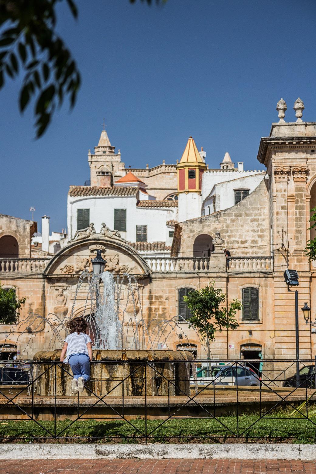 Der Platz um den Springbrunnen ist zur Siesta mit Einheimischen gefüllt.