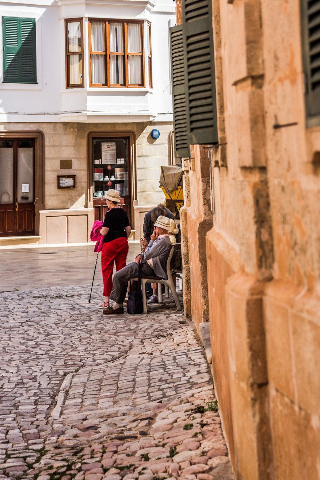 Alte Menschen im Schatten in den Gassen