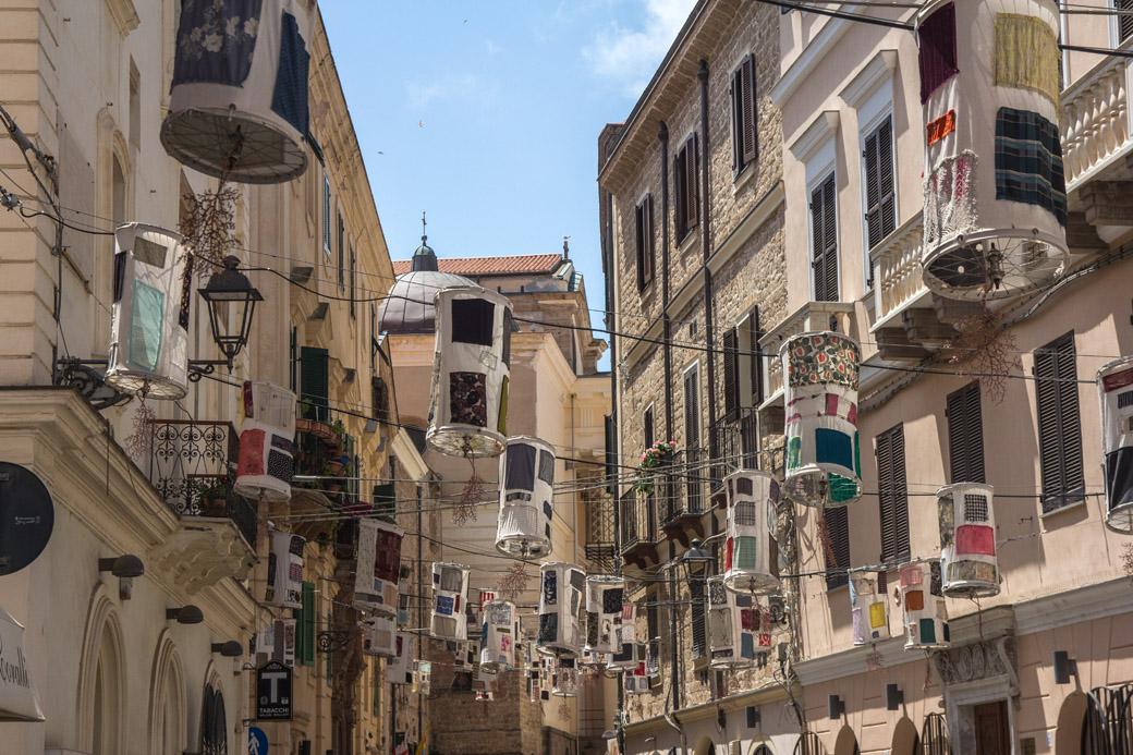 Alghero Sardinien Straßenschmuck in den Gassen