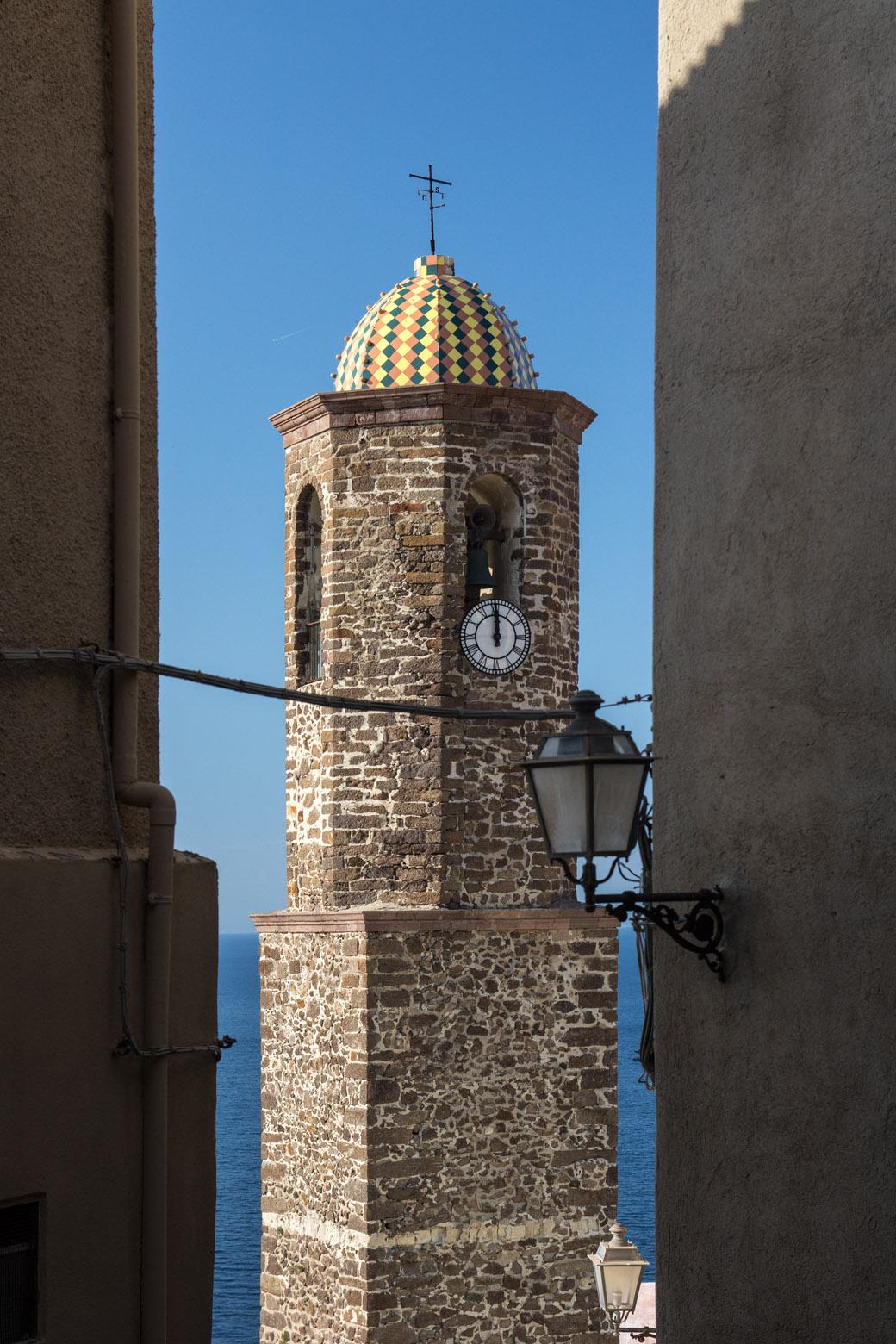 Castelsardo - Auch hier gibt es einen bunten Kirchturm.